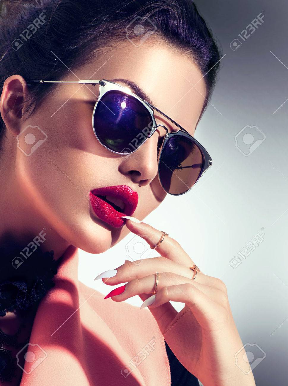 Sexy model girl wearing stylish sunglasses Banque d'images - 61789365
