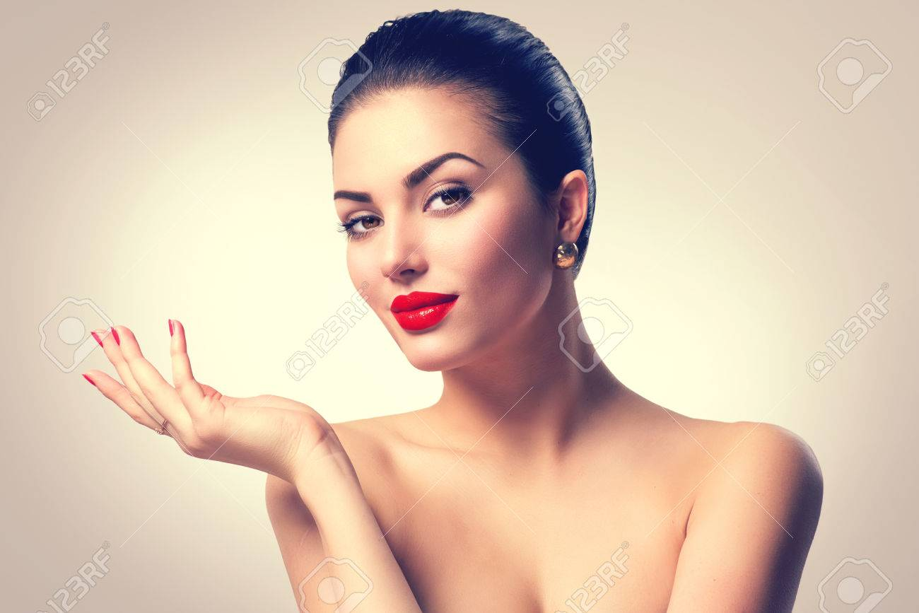 Brunette spa girl showing empty copy space on the open hand palm Banque d'images - 62410706