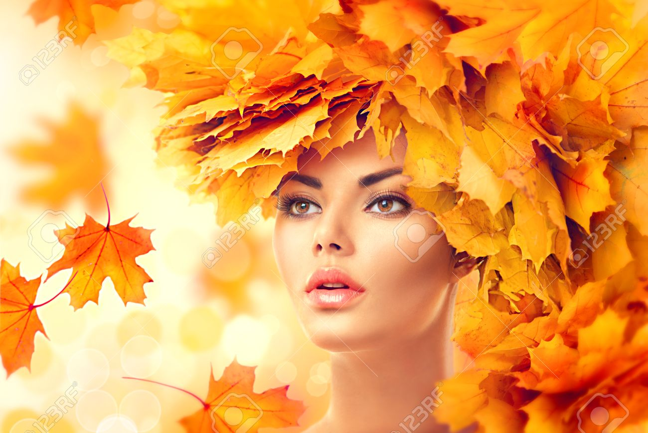 Autumn woman. Fall. Beauty model girl with autumn bright leaves hairstyle Banque d'images - 62410710
