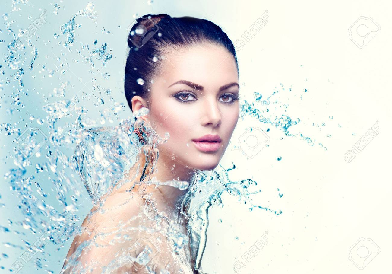 Beauty spa woman under splash of water over blue background Banque d'images - 62410713