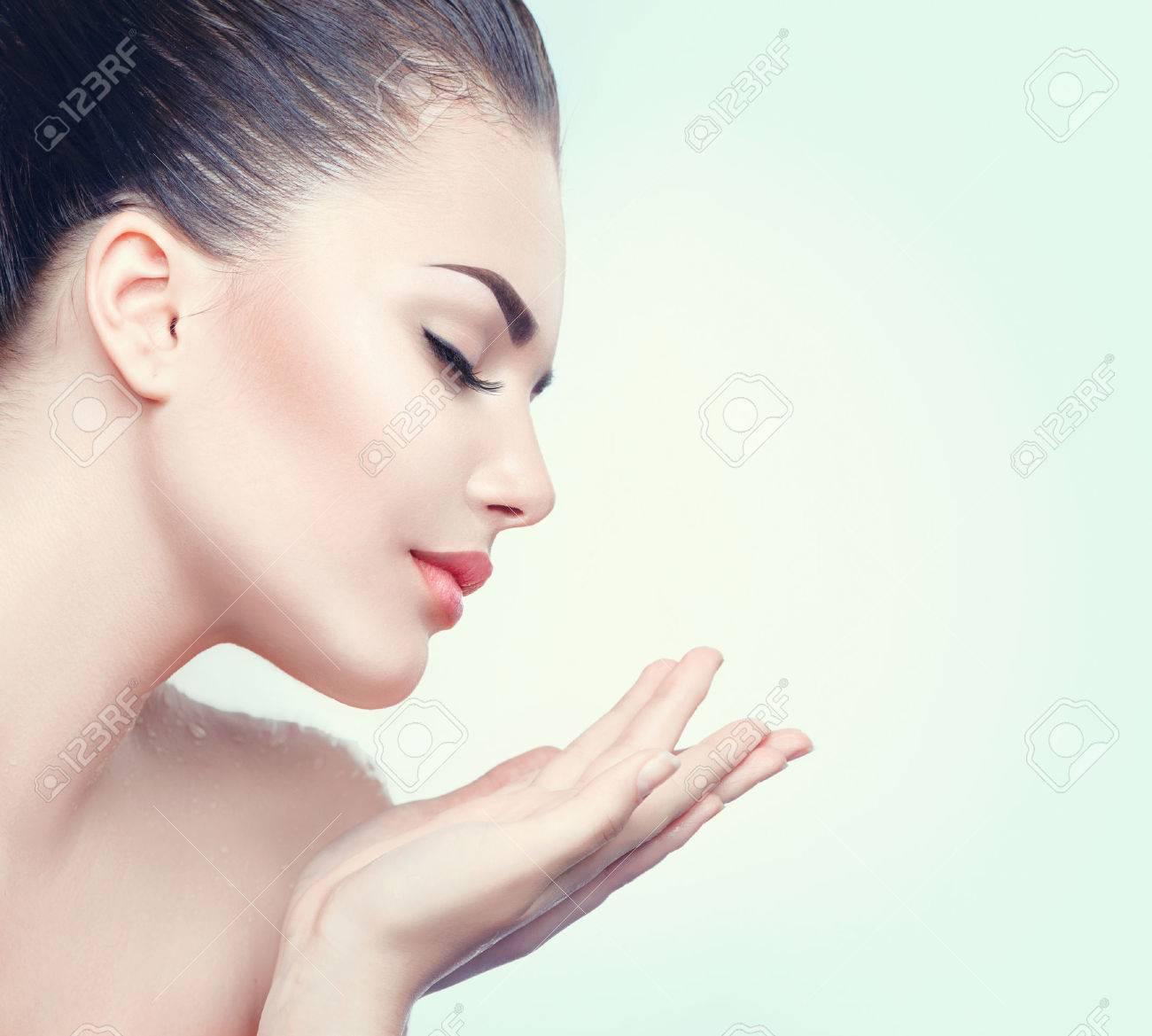 femme beauté spa avec une peau parfaite montrant vide copie espace sur la paume de la main ouverte Banque d'images - 63997796