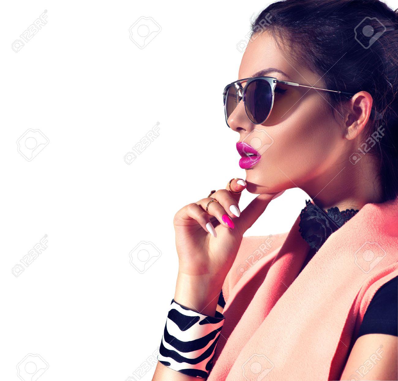 Beauty fashion brunette model girl wearing stylish sunglasses Banque d'images - 63997810