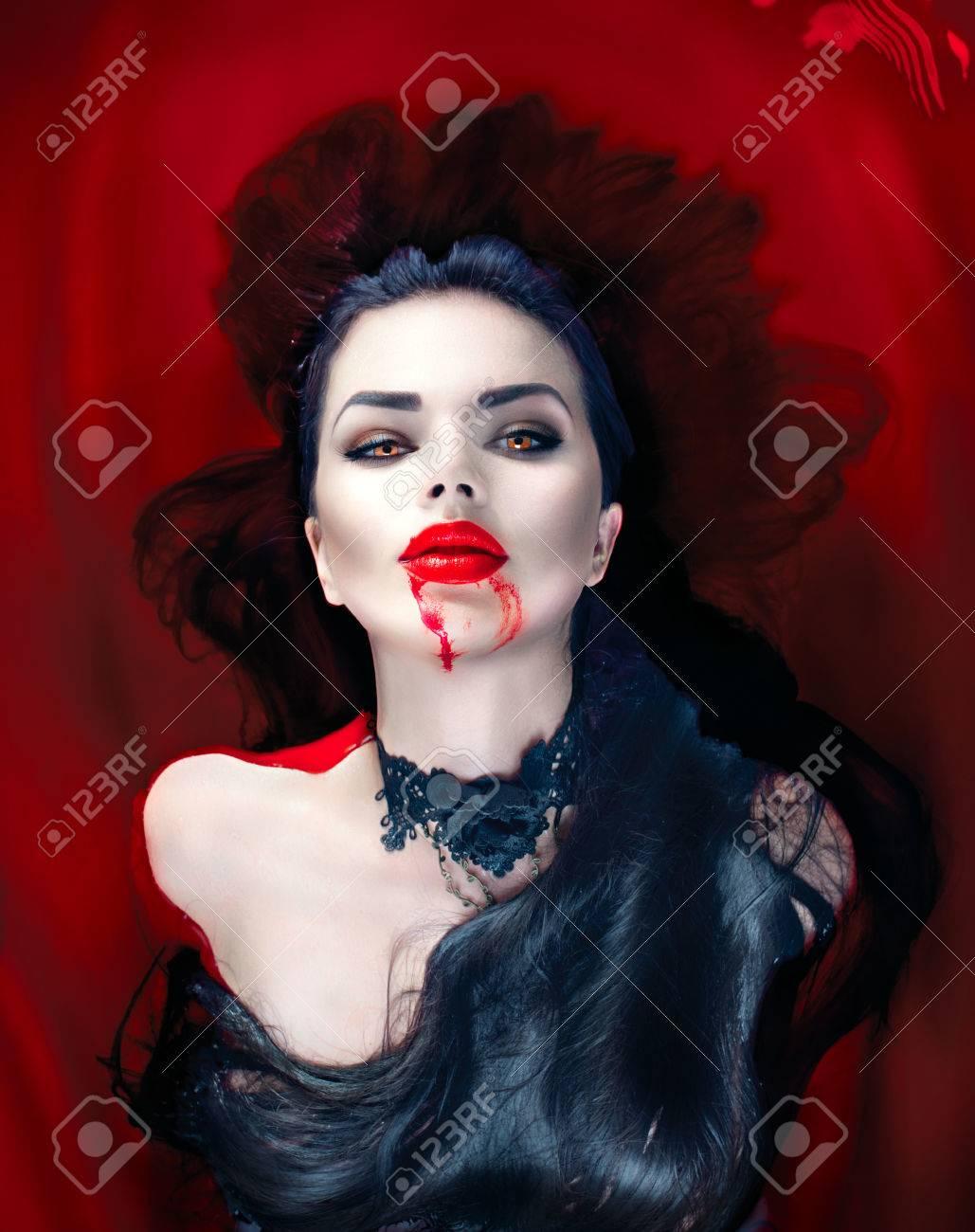 Halloween. Sexy femme vampire couché dans un bain plein de sang Banque d'images - 63997880