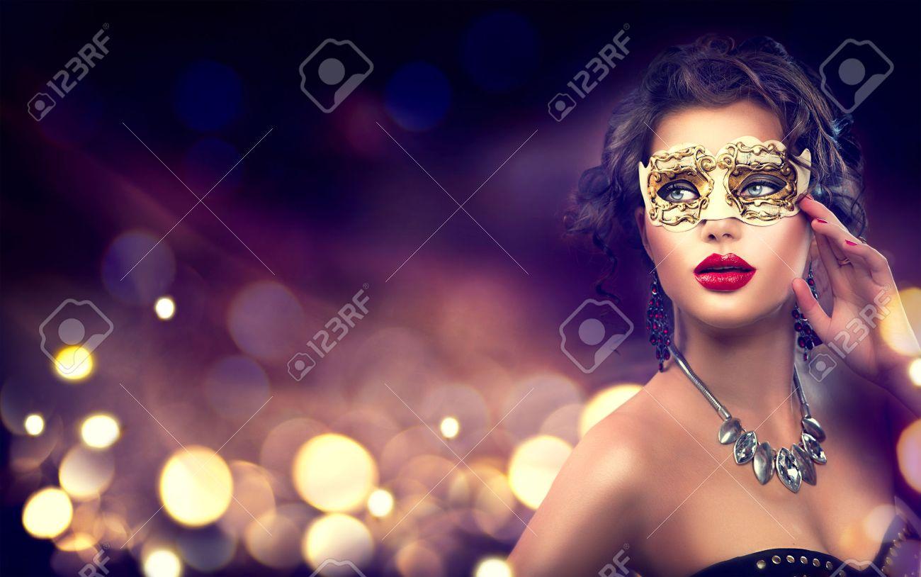modèle de beauté femme portant venetian mascarade masque de carnaval Banque d'images - 64914311