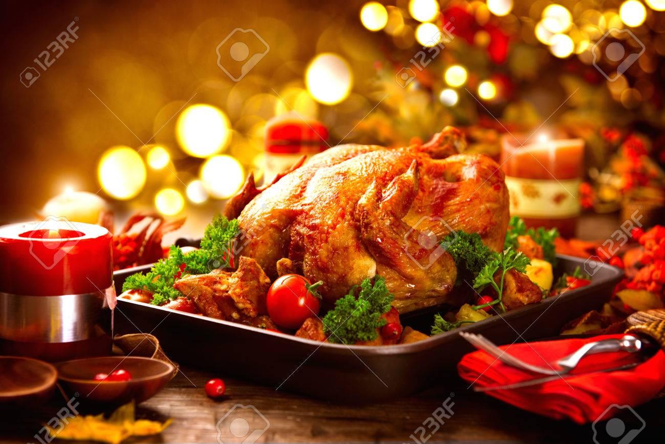 table de Thanksgiving servi avec de la dinde, décoré de feuilles d'automne lumineux Banque d'images - 64945165