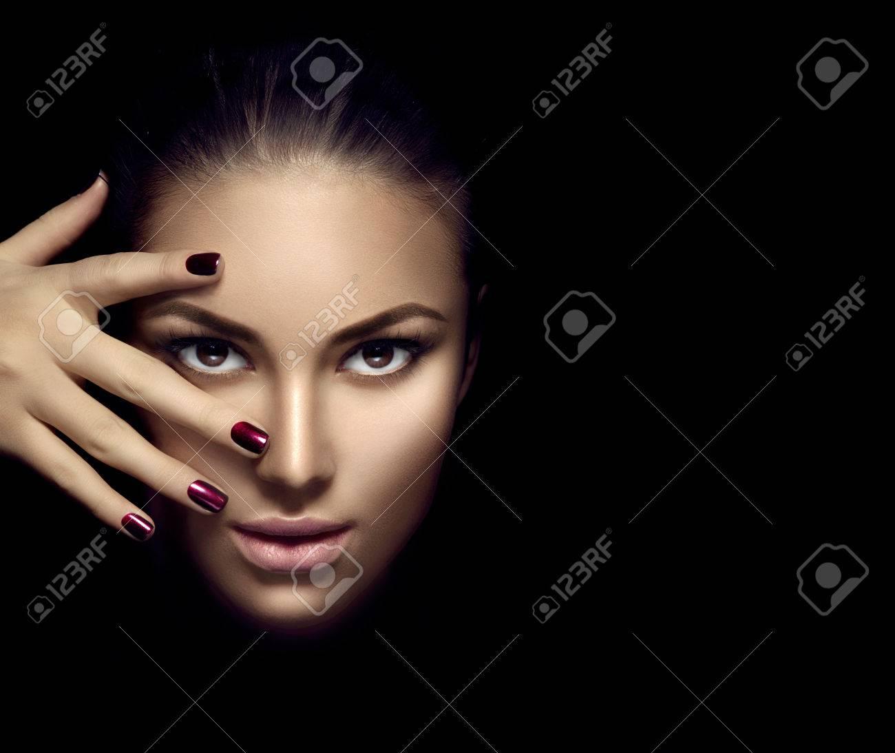 Modèle de mode de visage de fille, beauté femme maquillage et manucure sur fond sombre Banque d'images - 65640848