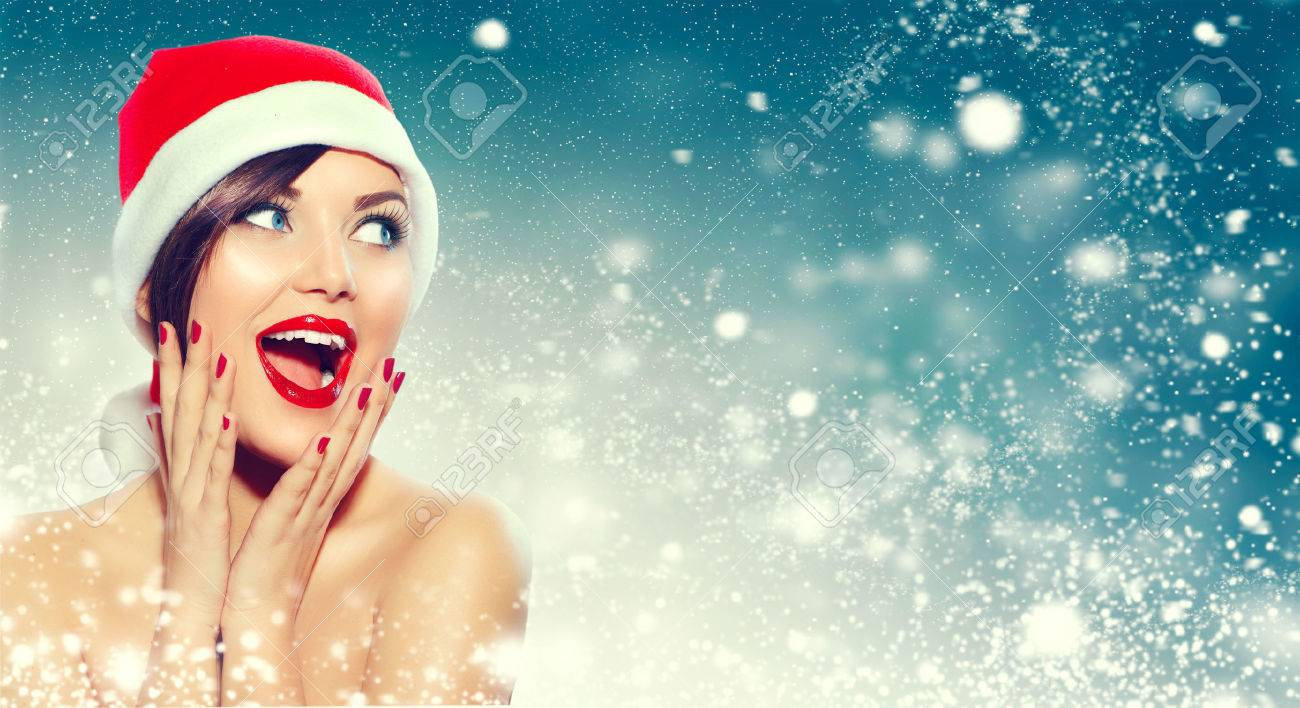 Christmas. Beautiful surprised woman in Santa's hat Banque d'images - 65640865