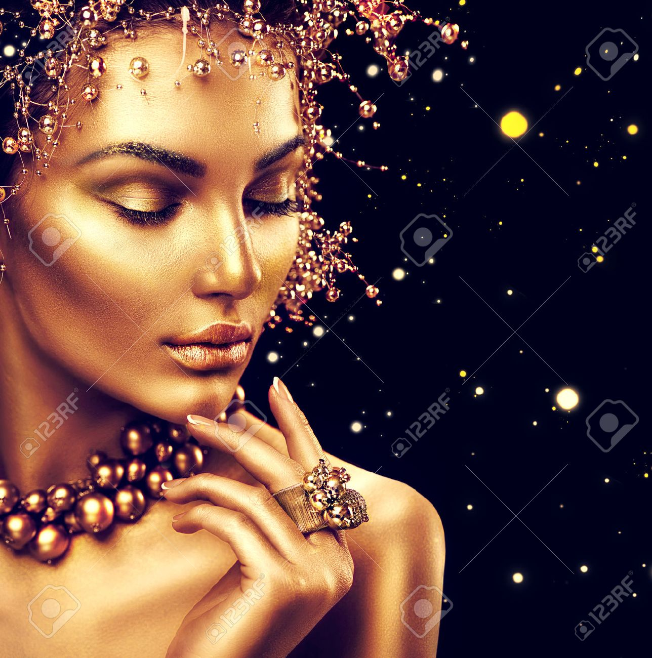 Beauty fashion model girl with golden skin, makeup and hairstyle isolated on black background Banque d'images - 66155681