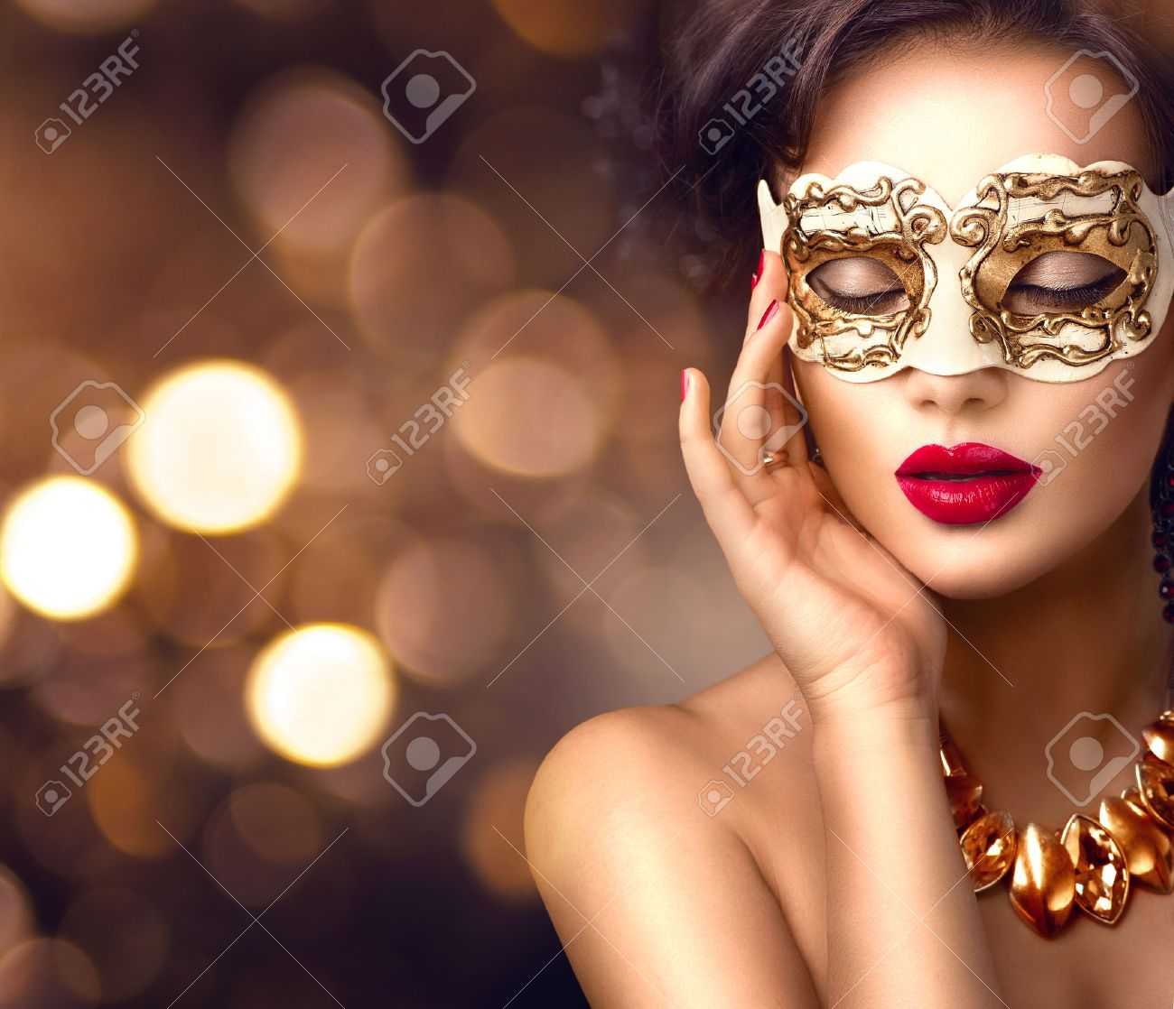 Beauty model woman wearing venetian masquerade carnival mask at party. Christmas and New Year celebration Banque d'images - 66532045