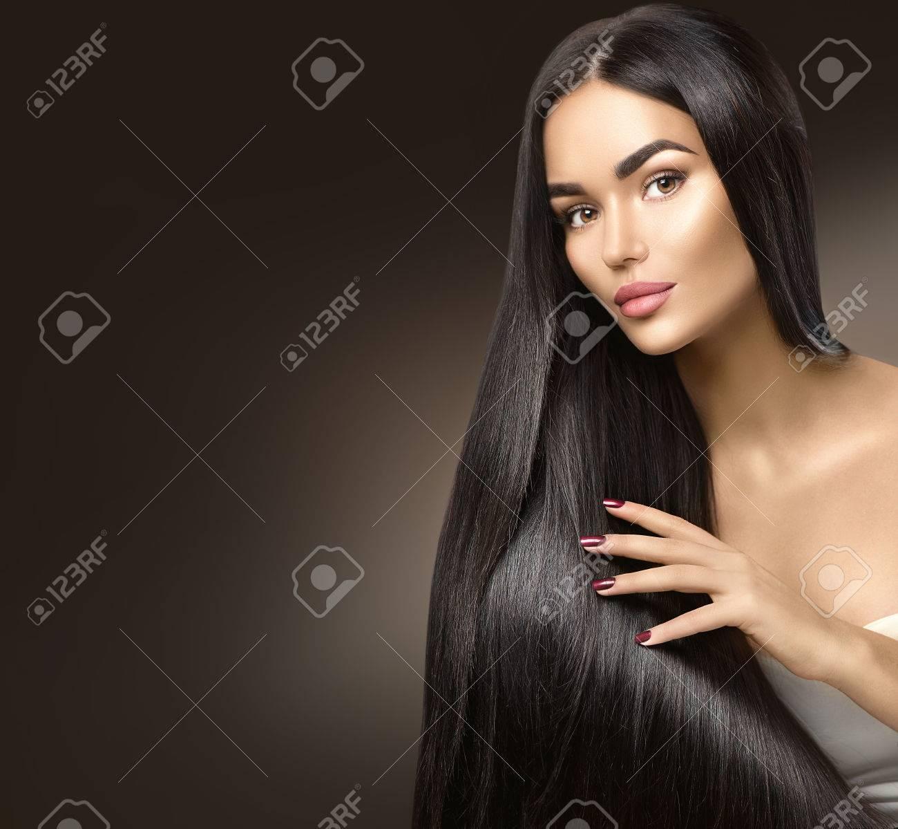 Beaux cheveux longs. Belle fille modèle touchant les cheveux sains Banque d'images - 67921051