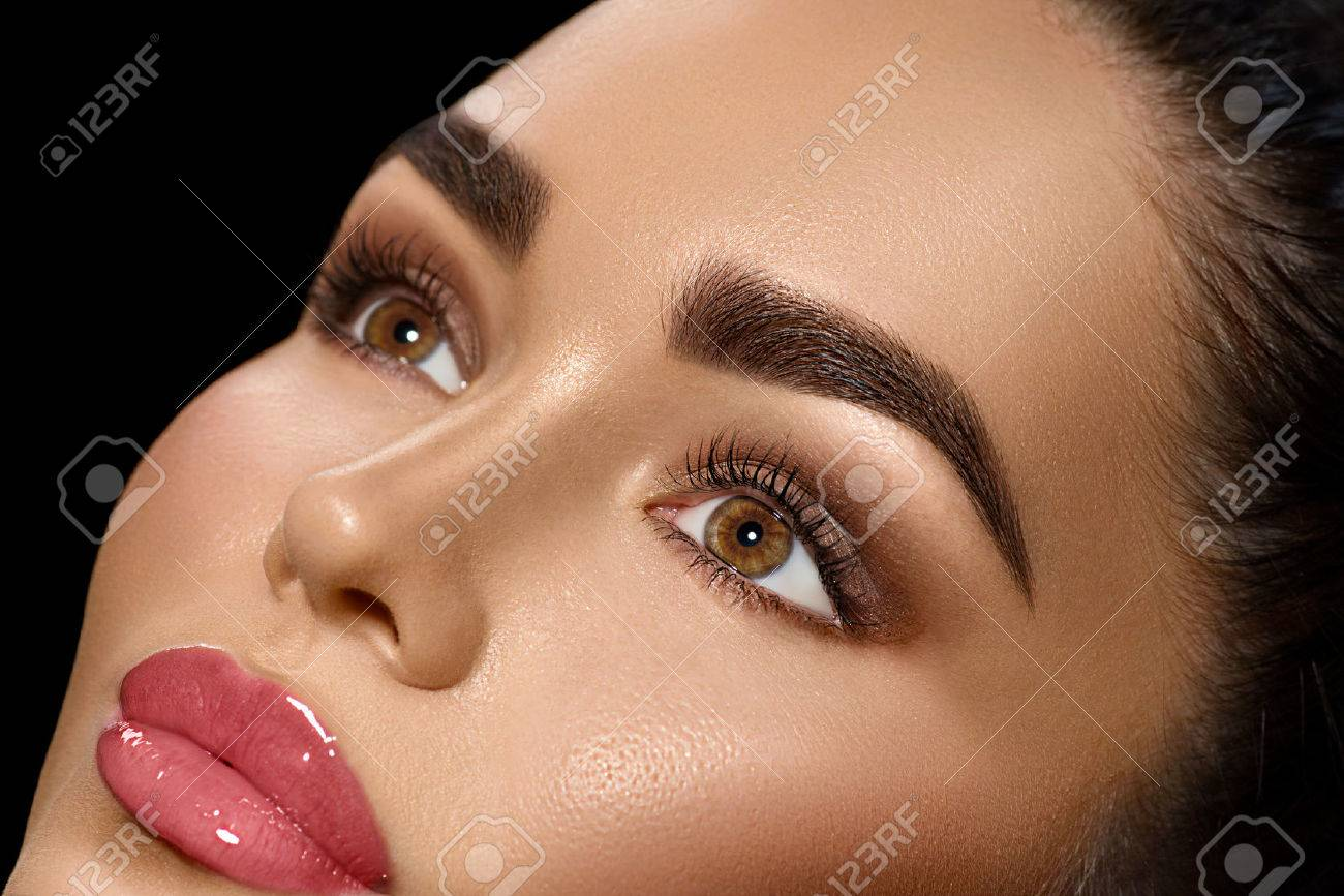 Beauty brunette woman with perfect makeup Banque d'images - 67921052