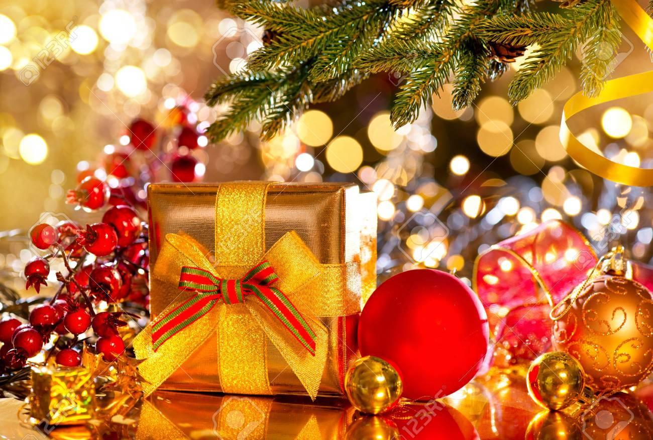Feiertags-Weihnachtsszene. Geschenk-Box Unter Den Geschmückten ...