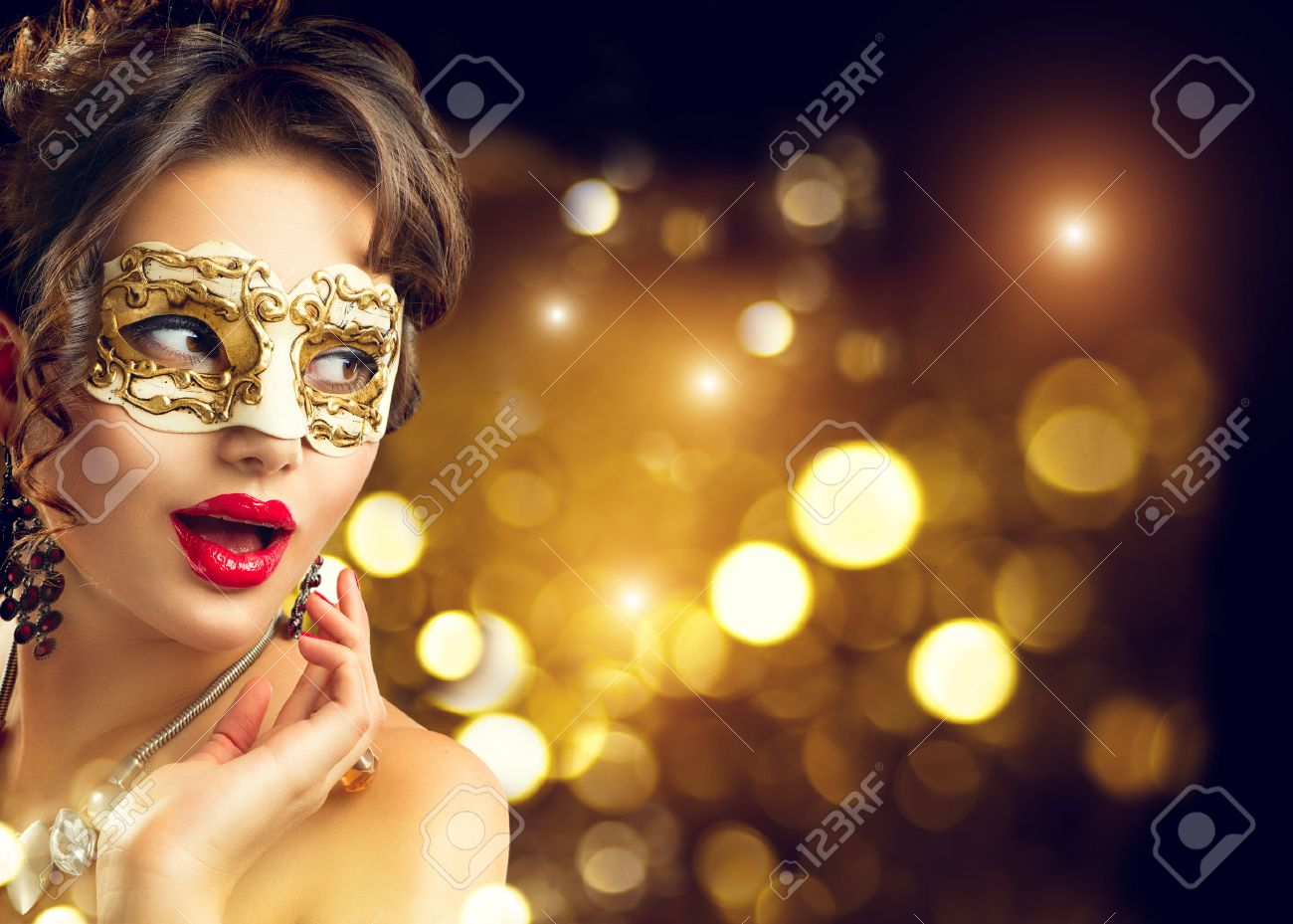 Beauty model woman wearing venetian masquerade carnival mask at party. Christmas and New Year celebration Banque d'images - 67921056