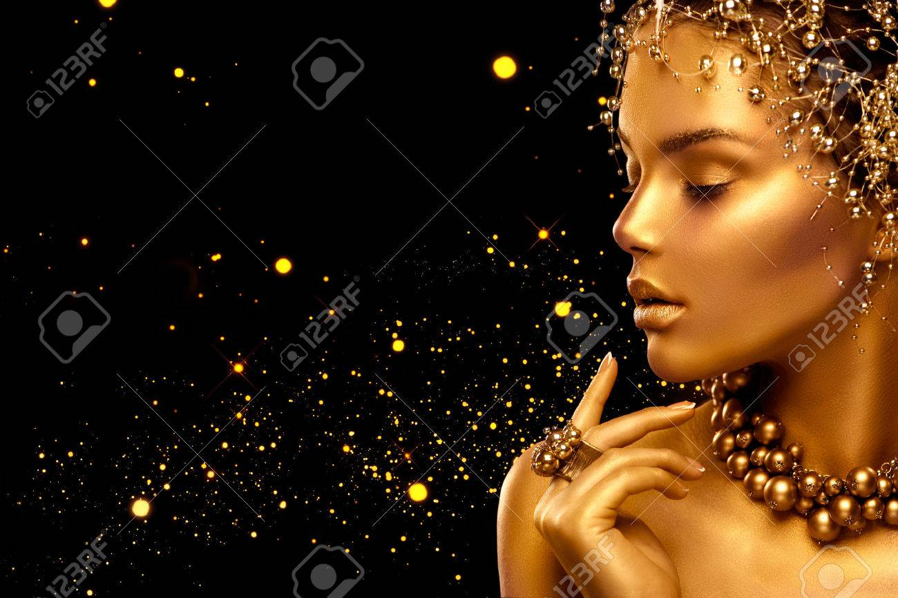 Beauty fashion model girl with golden skin, makeup and hairstyle Banque d'images - 67921057