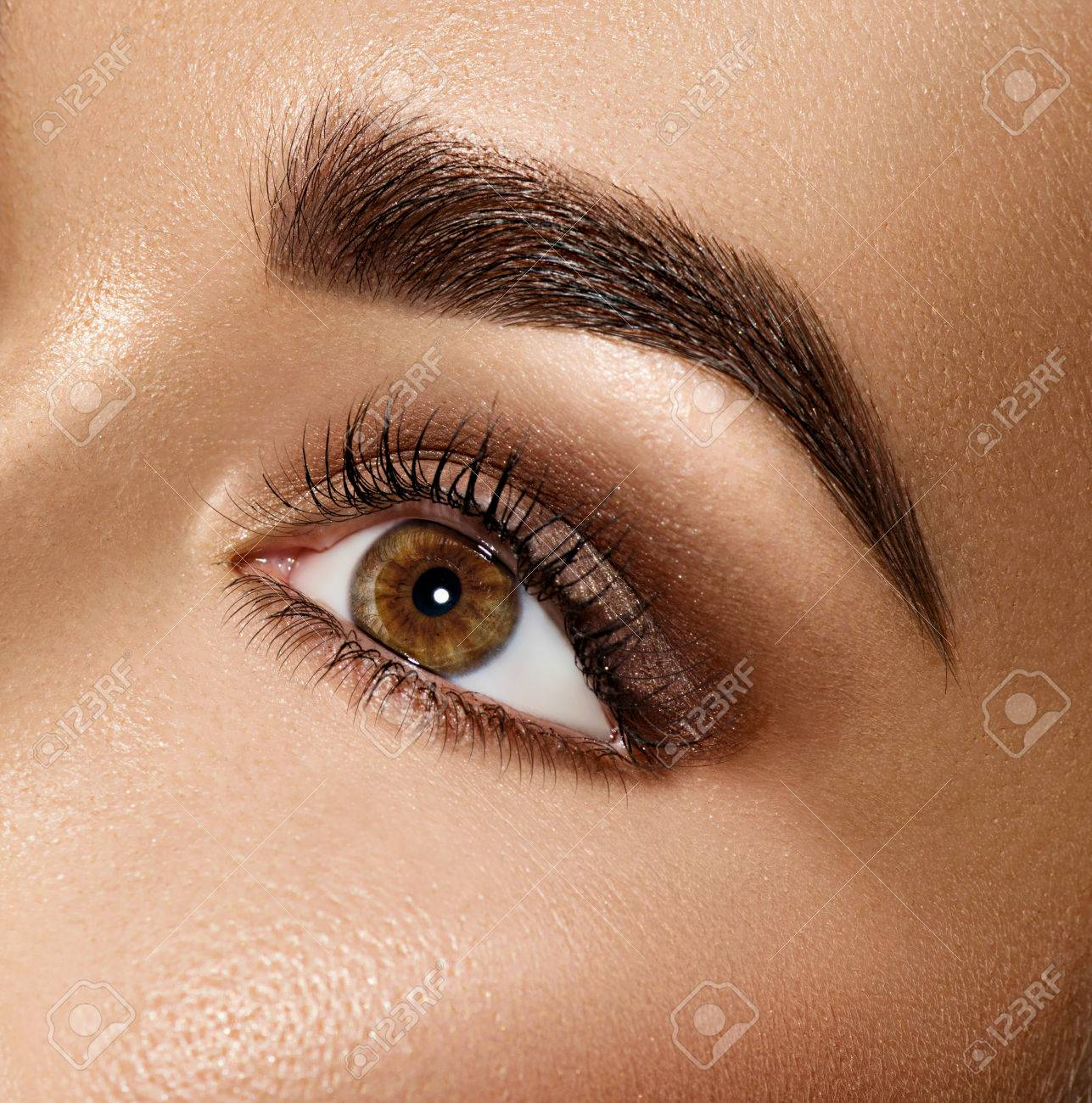 Beauty brunette woman eye with perfect makeup Banque d'images - 66832117