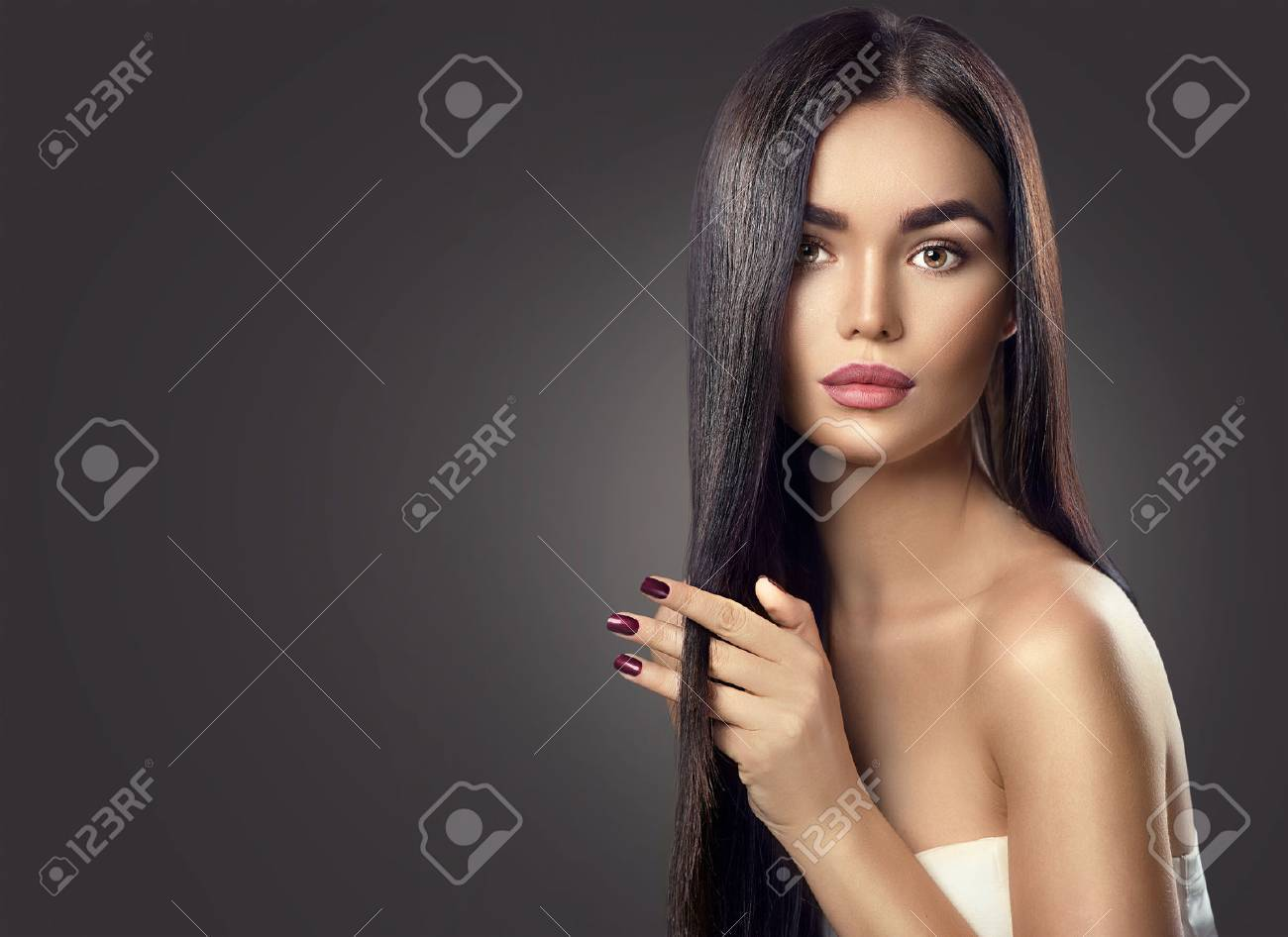Beauty brunette model girl touching long healthy hair Banque d'images - 67921058