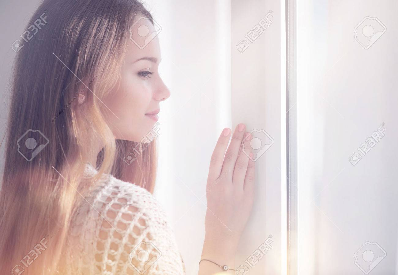 Young beauty romantic woman looking out the window Banque d'images - 67921060