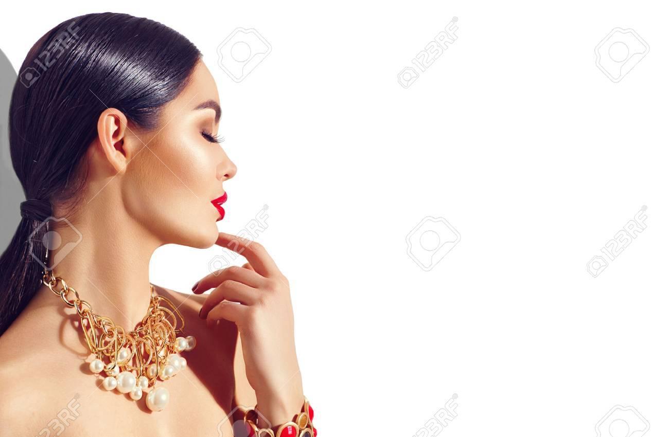 mode beauté brunette modèle fille portrait. Sexy jeune femme avec le maquillage parfait et les accessoires d'or à la mode Banque d'images - 67522018