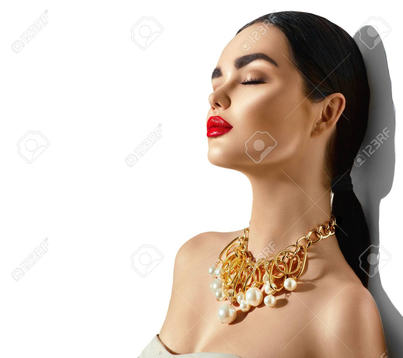 Beauty fashion model brunette girl portrait. Sexy young woman with perfect makeup and trendy golden accessories Banque d'images - 67522022