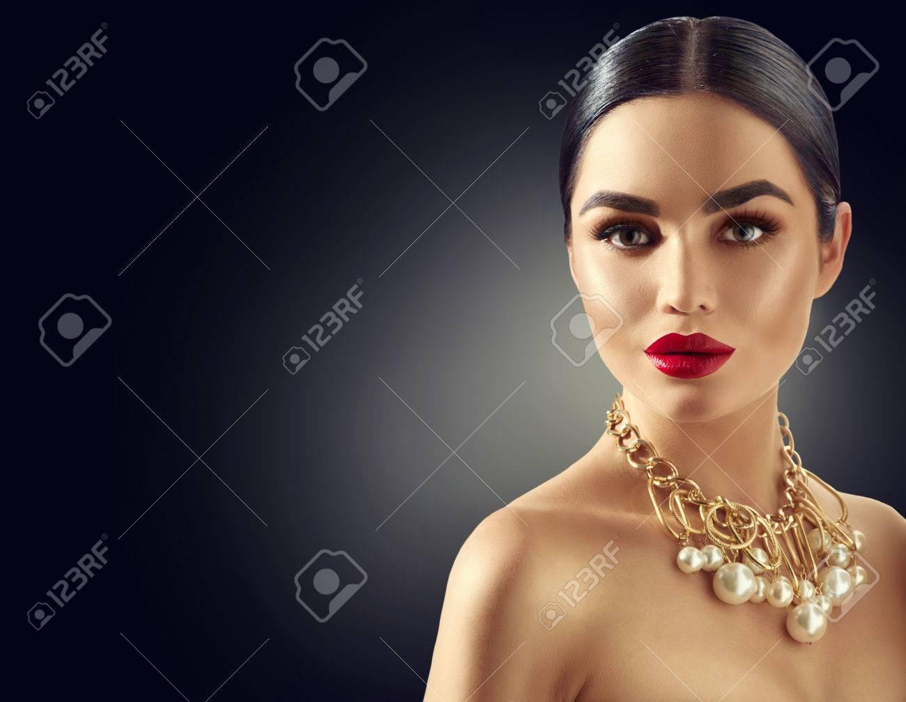 Gorgeous young brunette woman portrait Banque d'images - 67522062