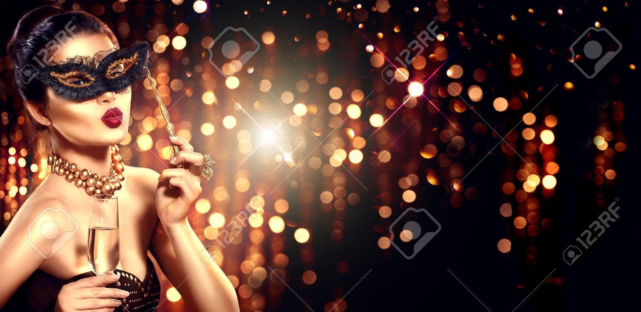 Sexy femme modèle avec verre de champagne portant masque vénitien de mascarade Banque d'images - 69123372