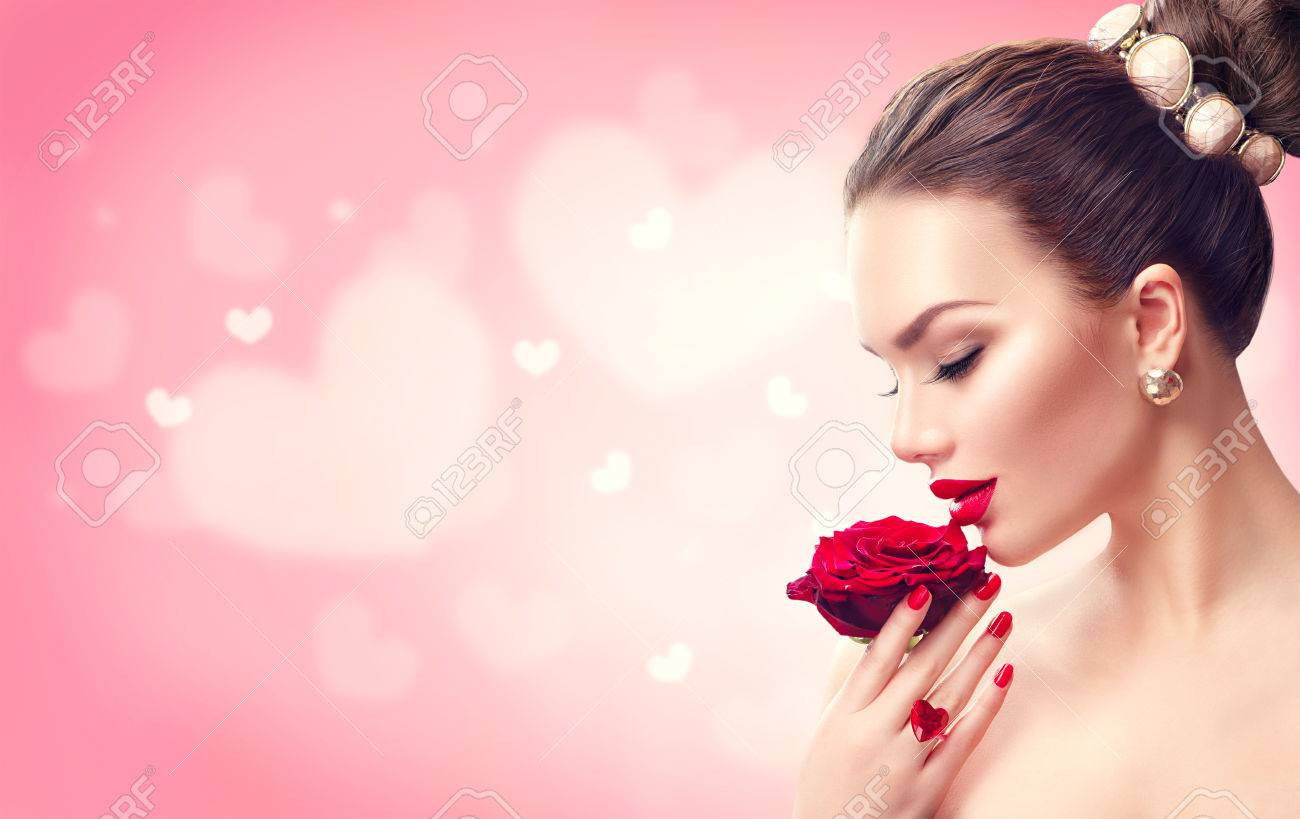 Valentine's day. Woman with red rose. Fashion model girl face portrait Banque d'images - 69123378