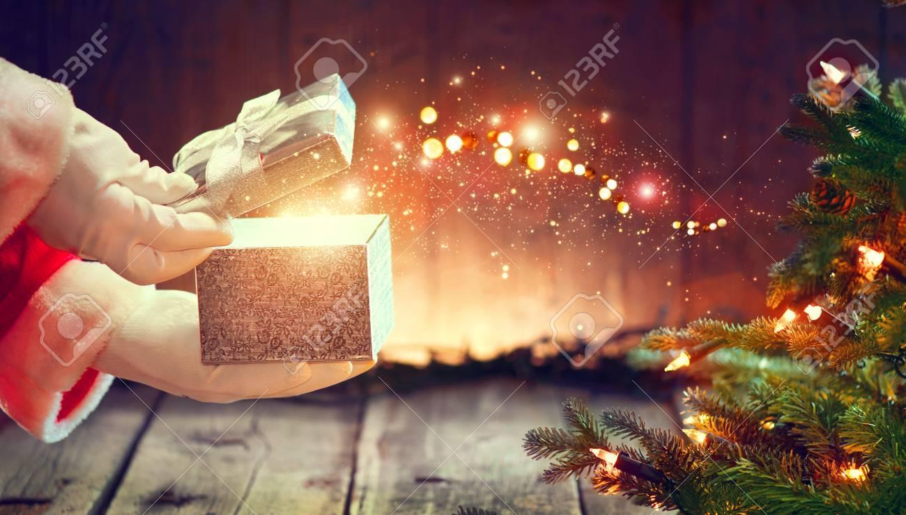 Weihnachtsmann öffnet Mit Weihnachtsbaum über Hölzerne Hintergrund ...