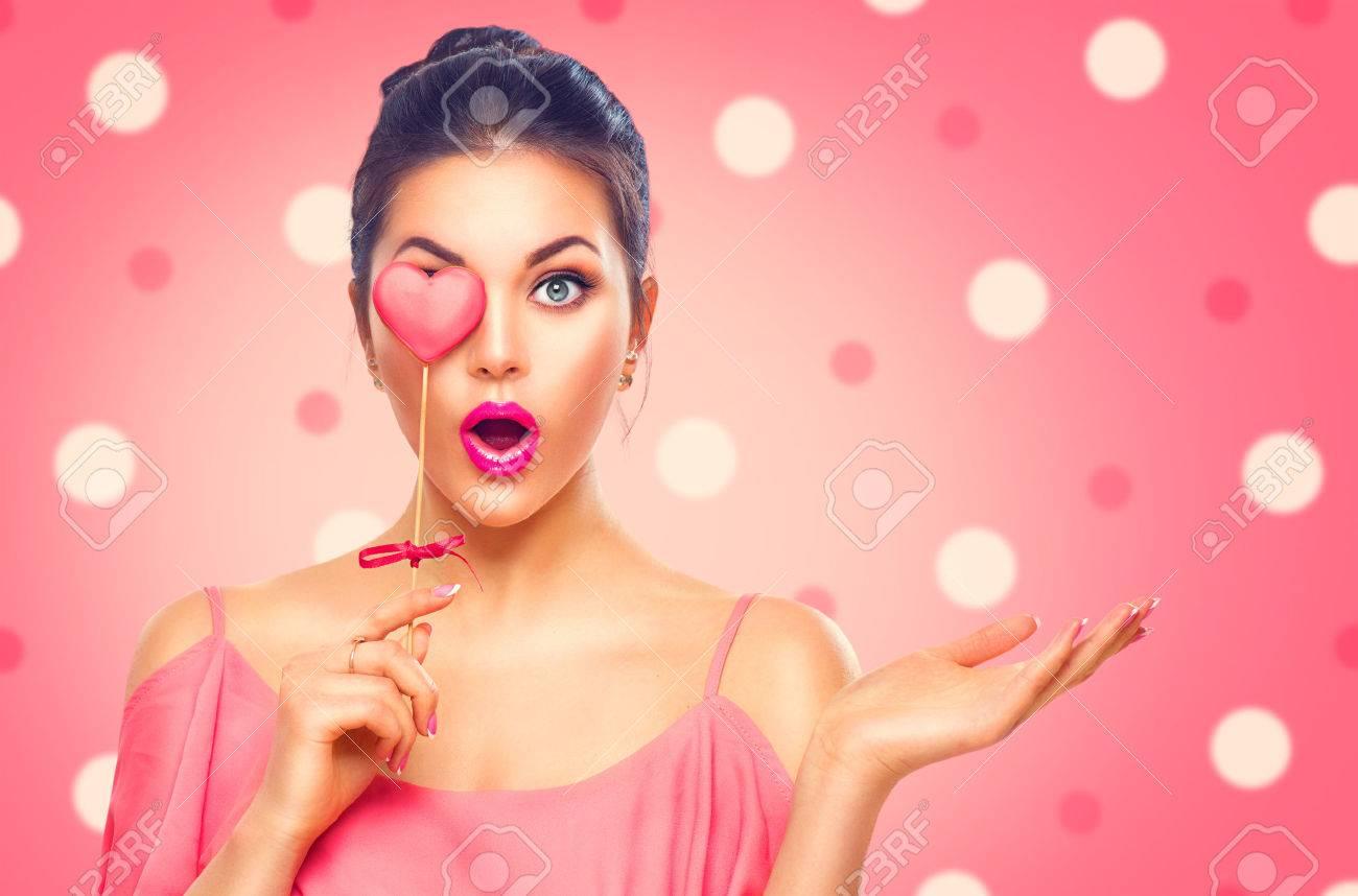 La Saint Valentin. Beauté surpris mode jeune fille modèle avec Valentine en forme de coeur biscuits Banque d'images - 69431338