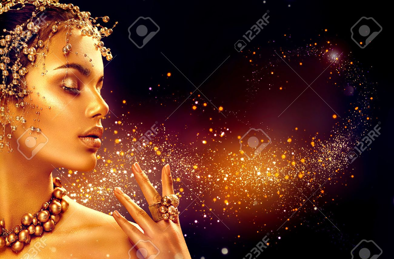 Gold woman skin. Beauty fashion model girl with golden makeup, hair and jewellery on black background Banque d'images - 72743013