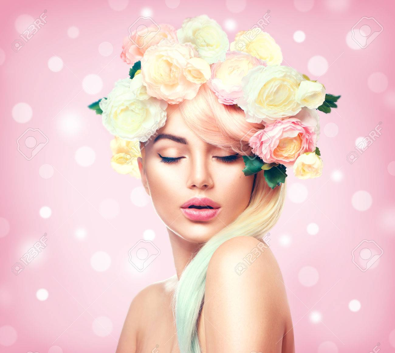 Beauty summer model girl with colorful flowers wreath. Flowers hair style Banque d'images - 73661786