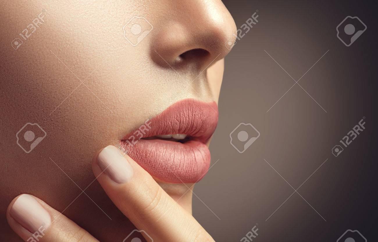 Mujer Atractiva De La Belleza Con Maquillaje Natural Y El Esmalte De Uñas De Color Beige