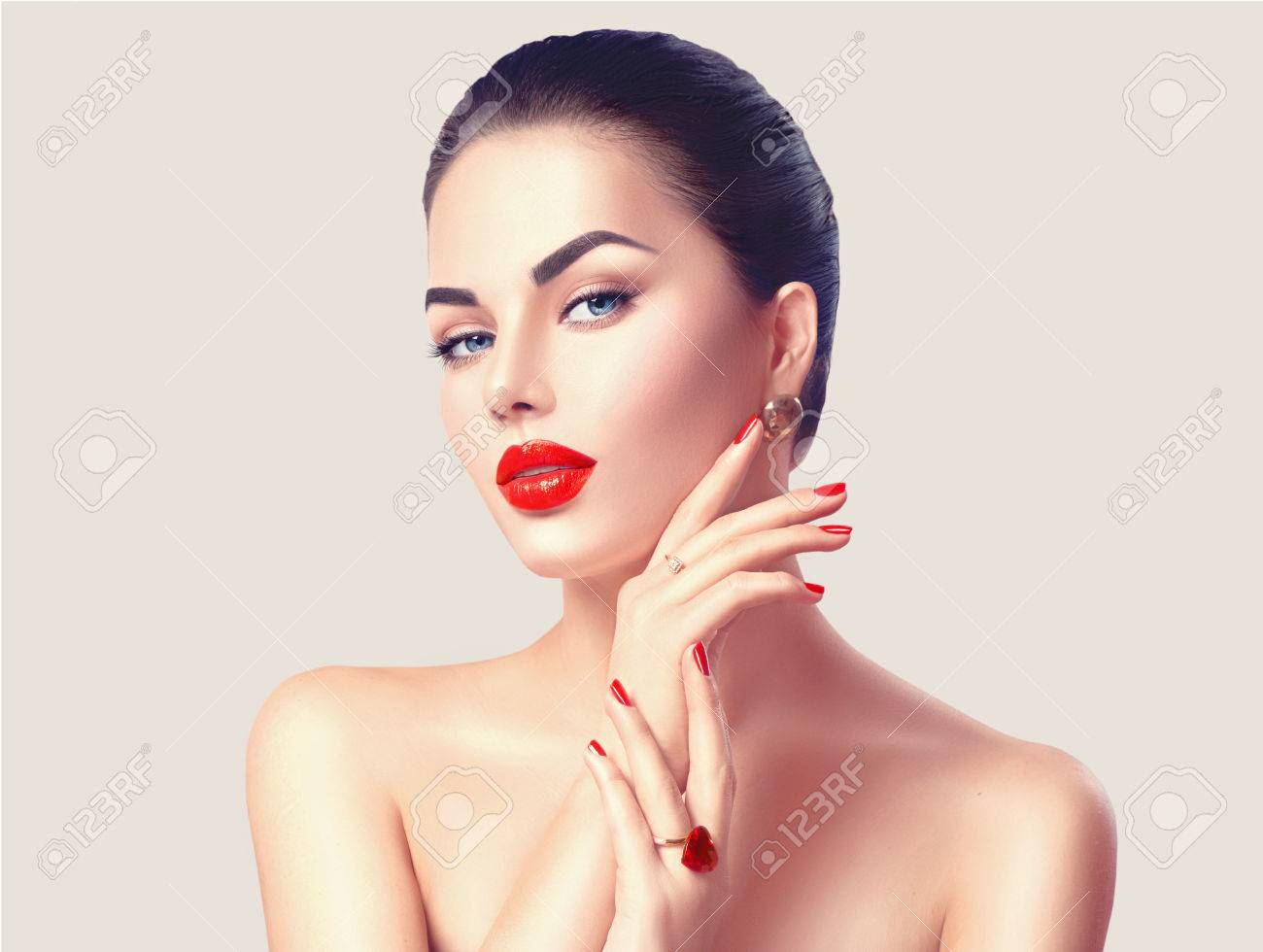 Sexy woman with red lips and nails closeup. Makeup concept Banque d'images - 73661794