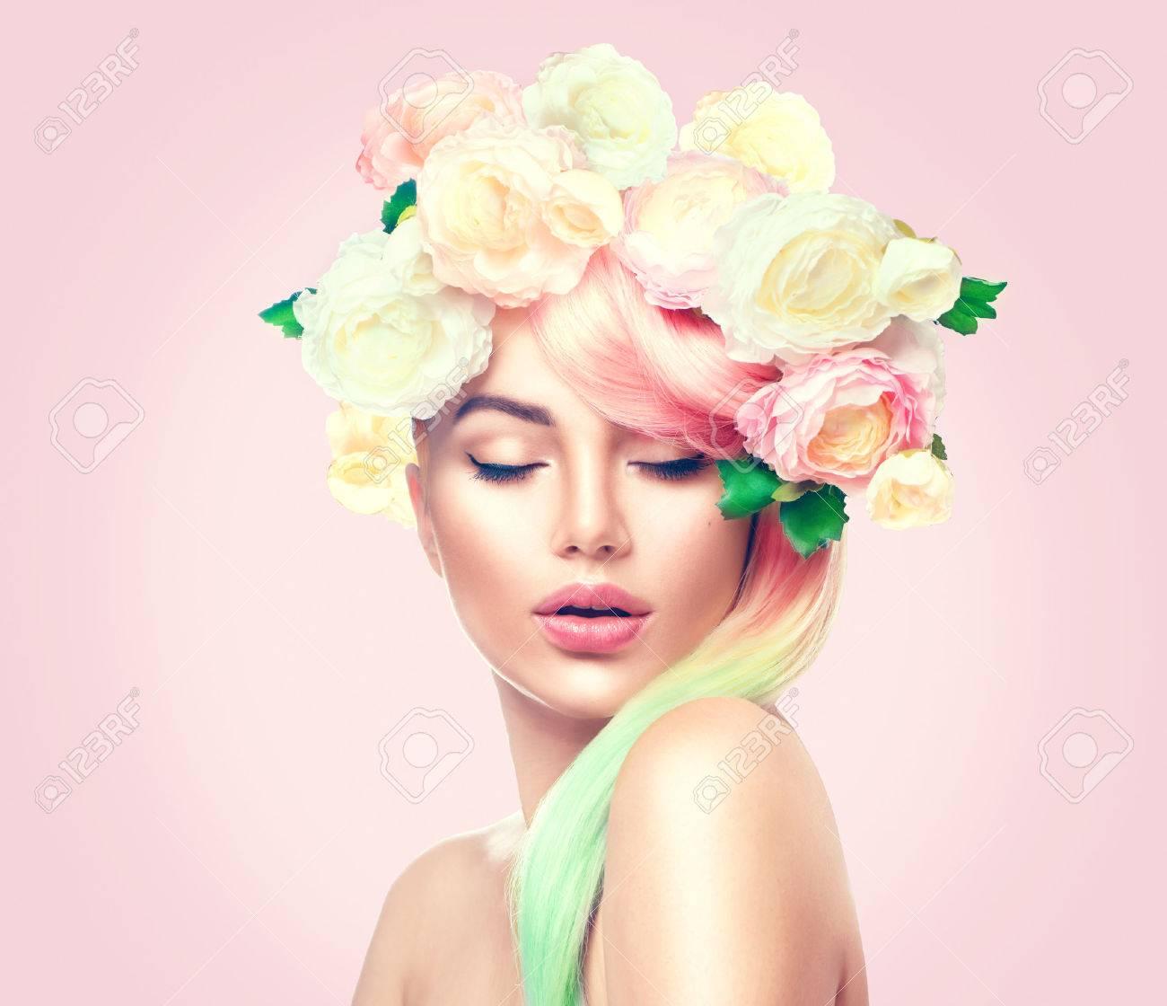 Beauté modèle d'été fille avec des fleurs colorées couronne. style de cheveux Fleurs Banque d'images - 74044904