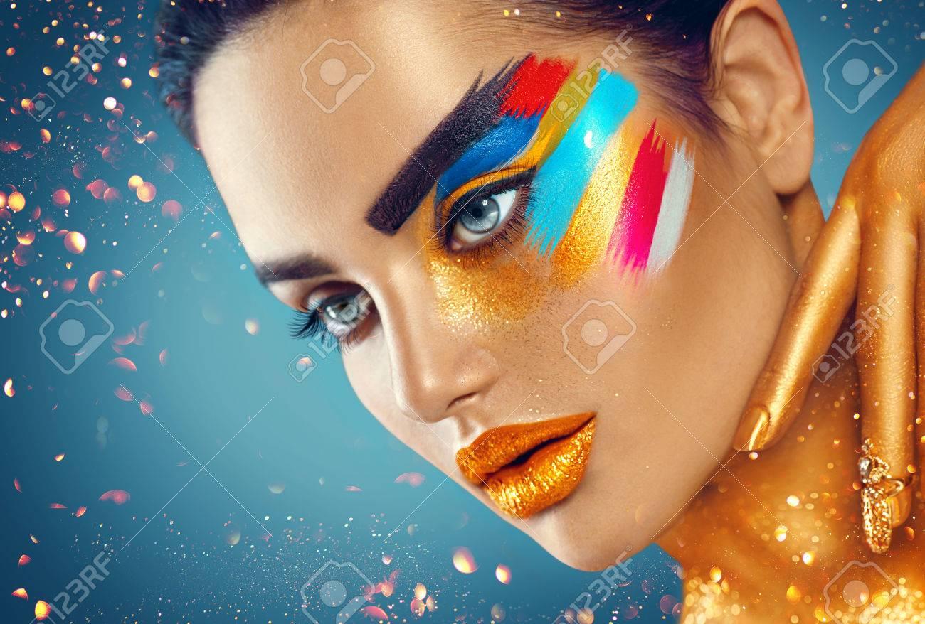 Beauté mode art portrait de belle femme avec le maquillage coloré abstrait Banque d'images - 74168223
