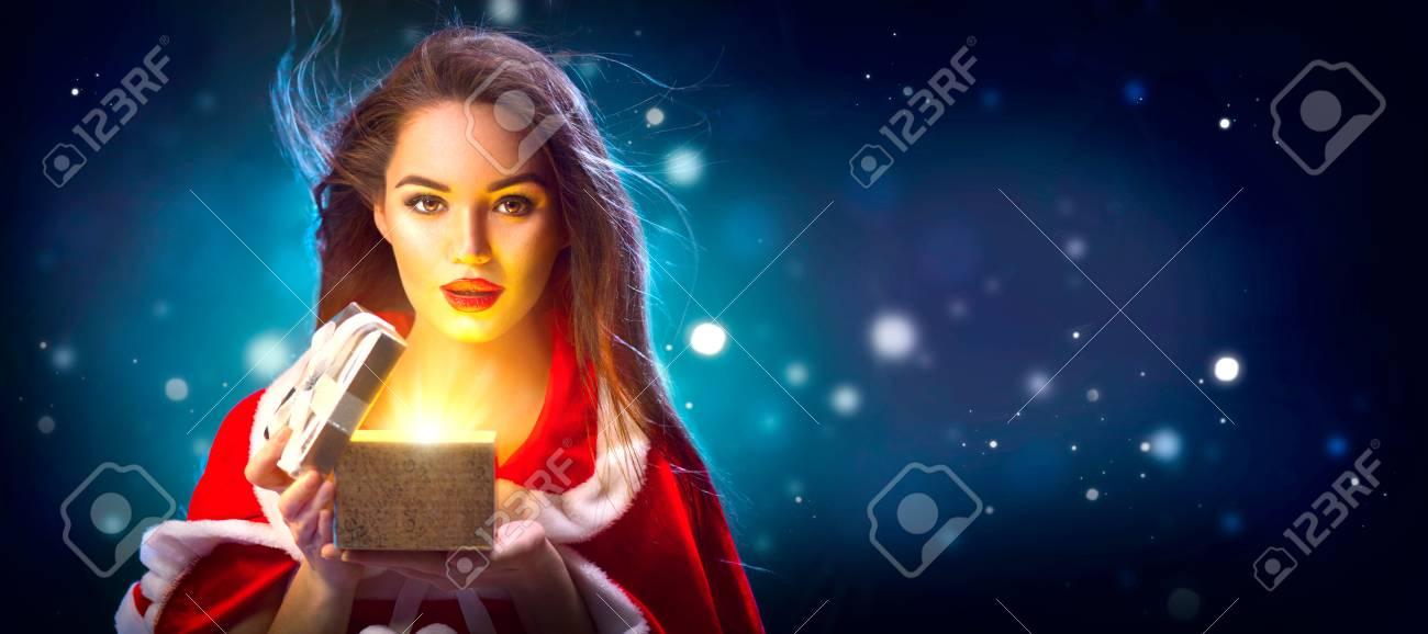 Weihnachtsszene. Junge Frau Der Schönheit Brunette In Der ...