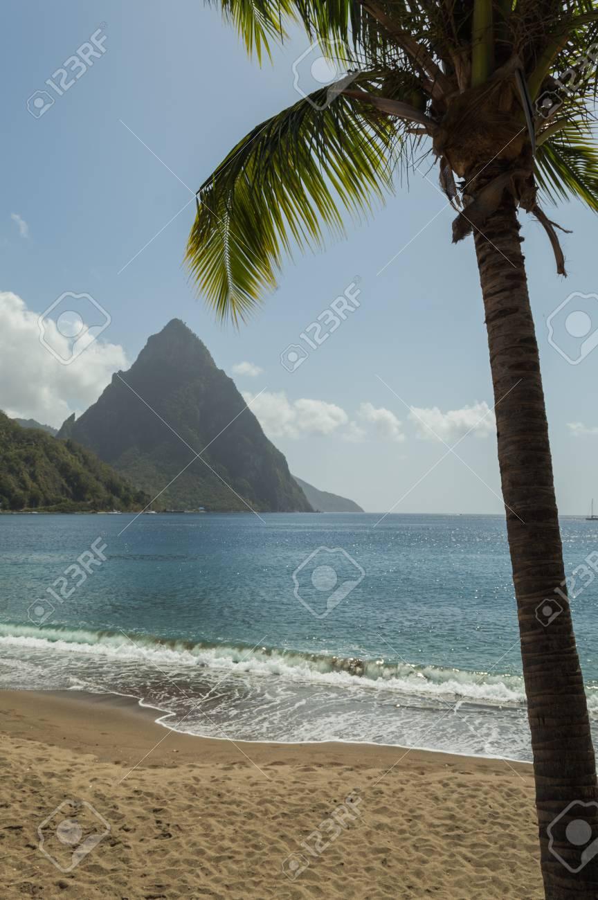 Vista A La Playa A Través De La Bahía En Soufrière Al Mar Y La ...