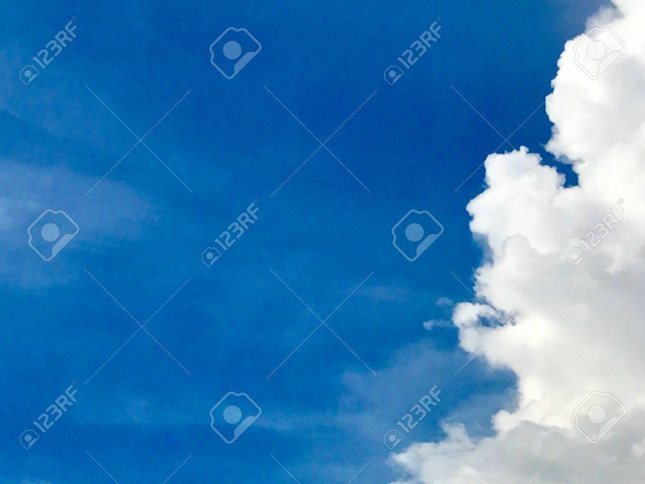 Cenario Natural Bonito Com Nuvens De Cumulus E Desenhos Animados