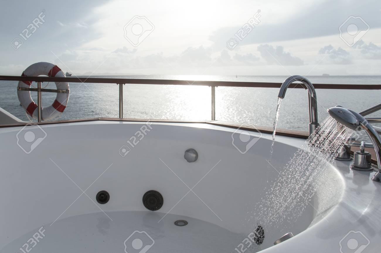 Vasca Da Bagno Bassa : Vasca da bagno bianca in barca sulla priorità bassa del cielo di