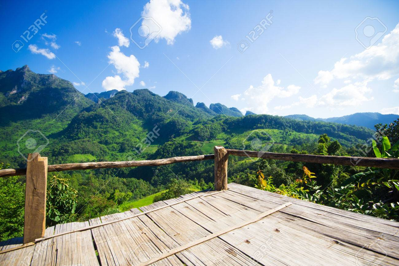 bambou banc terrasse avec la vue naturelle de montagne à chiangmai