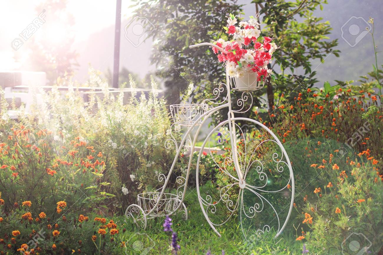Décoration florale à vélo blanc dans le jardin