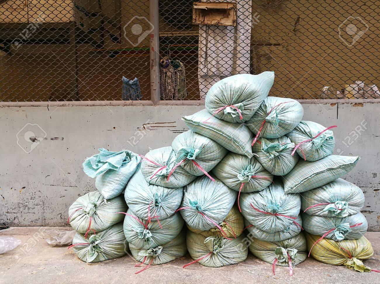 stapel von sandsäcken für bauarbeiter, die mauer zu bauen