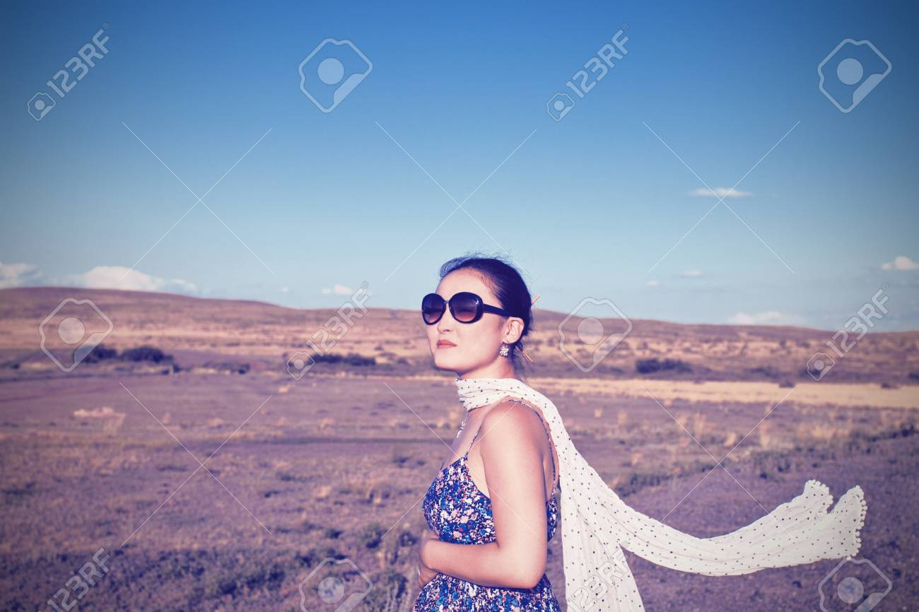 32d74cadde38 Banque d images - Jeune femme enceinte asiatique avec un foulard pour le  développement tenue à son ventre sur le fond de la nature du désert
