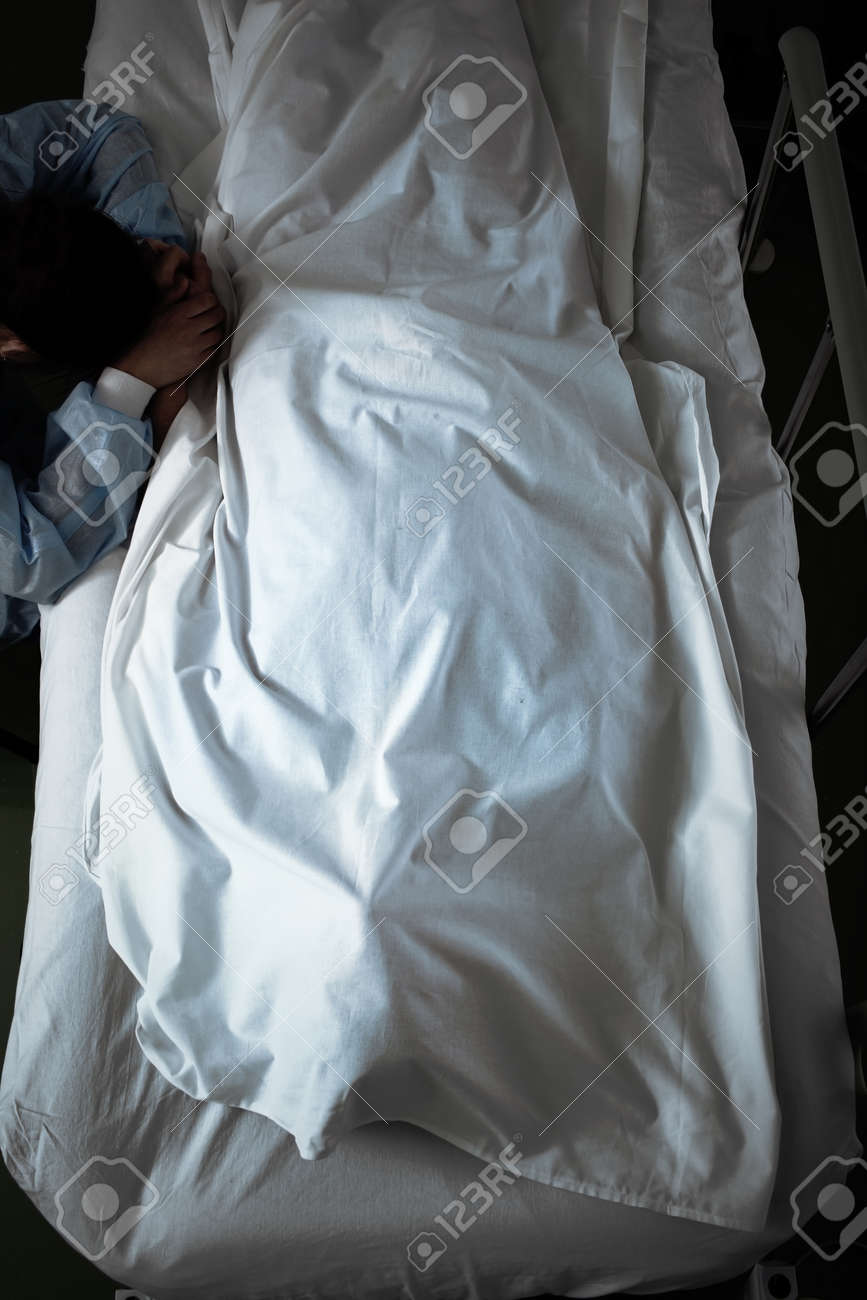 Female visitor mourning over dead patient in the hospital. - 164995127
