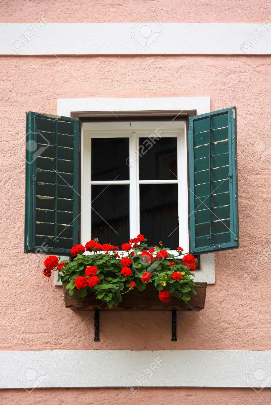 Schöne Fenster Mit Blumenkasten Und Fensterläden Lizenzfreie Fotos ...