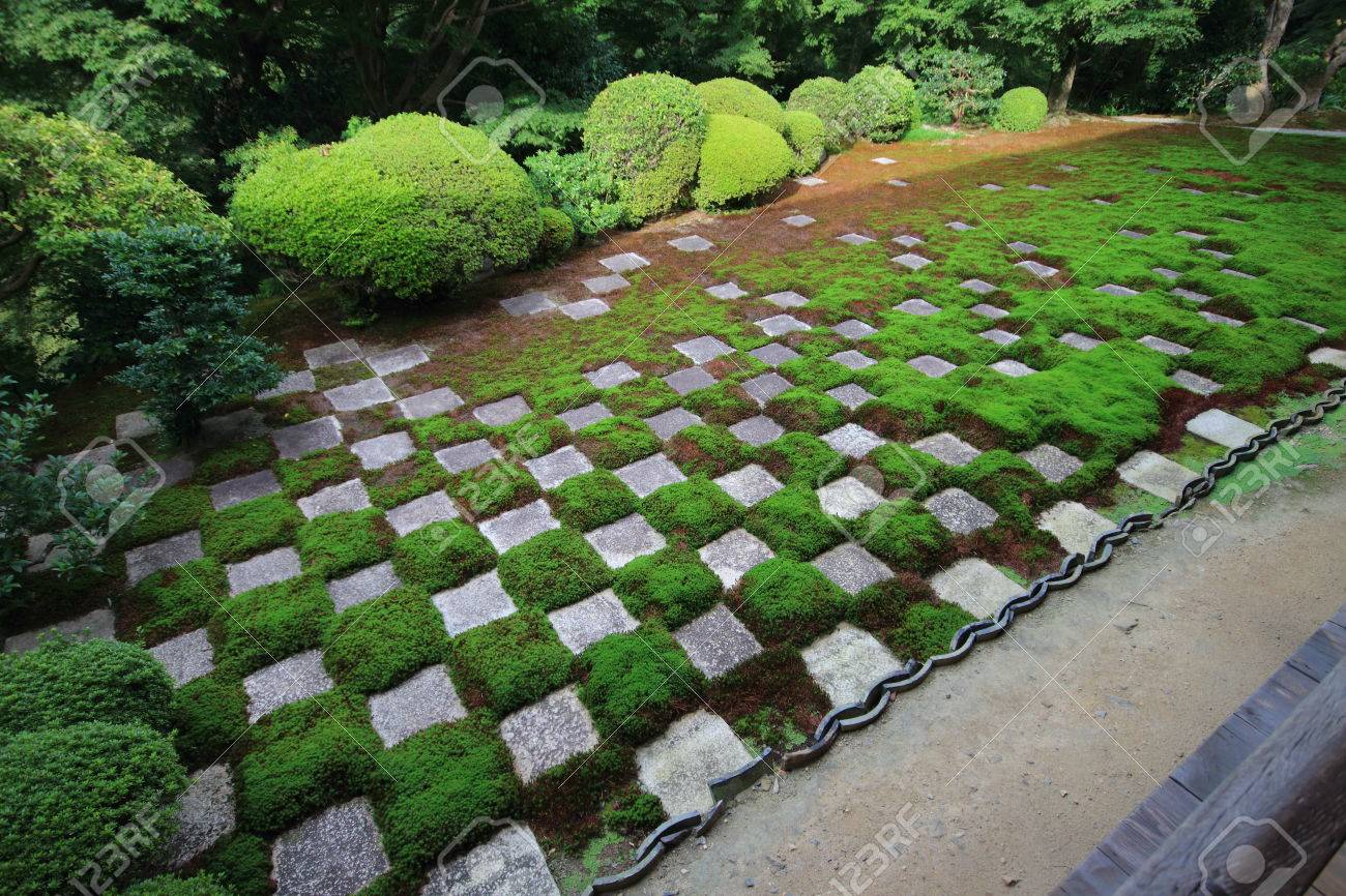 Modern Cross Checked Pattern Zen Garden With Traditional Material