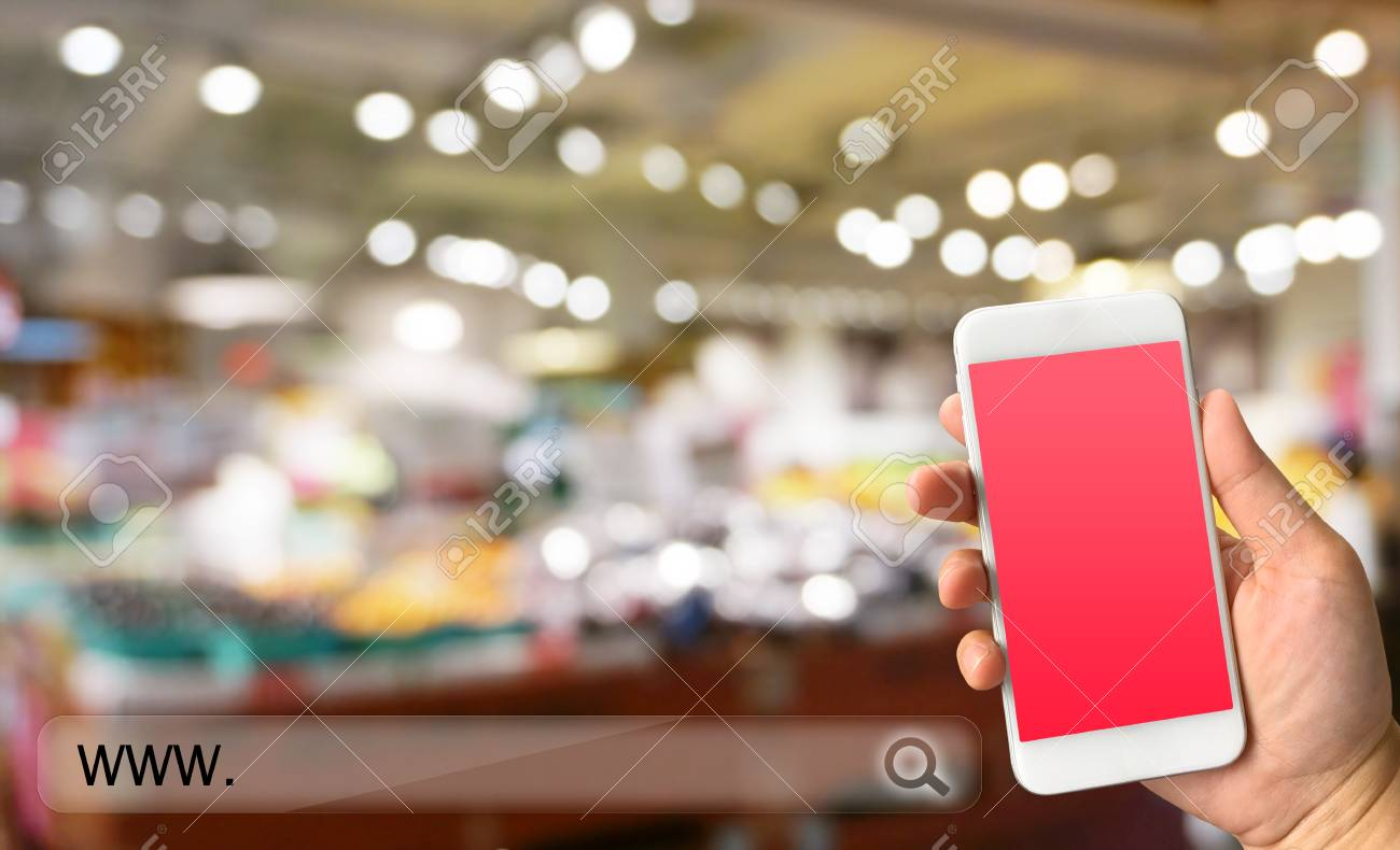 b3a8847d602261 Frau Hand hält Smartphone gegen verwischen ofstore Hintergrund Online- Shopping-Konzept Standard-Bild
