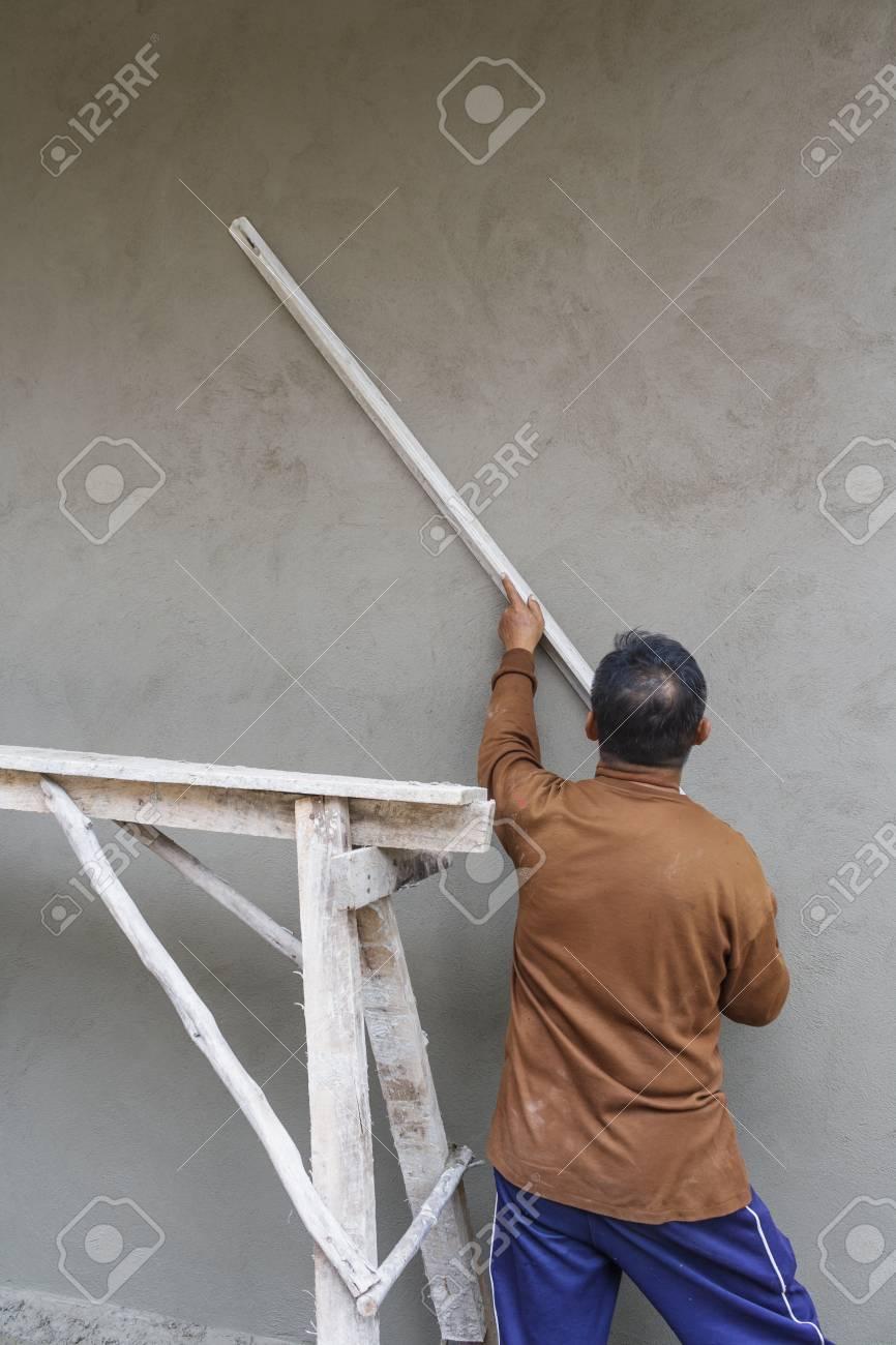 arbeiter an der wand verputzen in häusern. lizenzfreie fotos, bilder