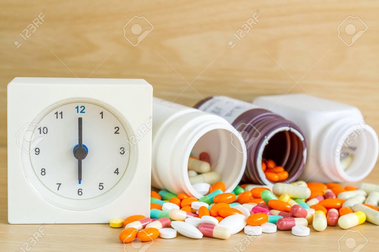 O En Píldora Cápsula Reloj Tabla Am Madera Es 6 De La Con Medicina Y Espacio Pm Copia El Del NP8nk0wOX