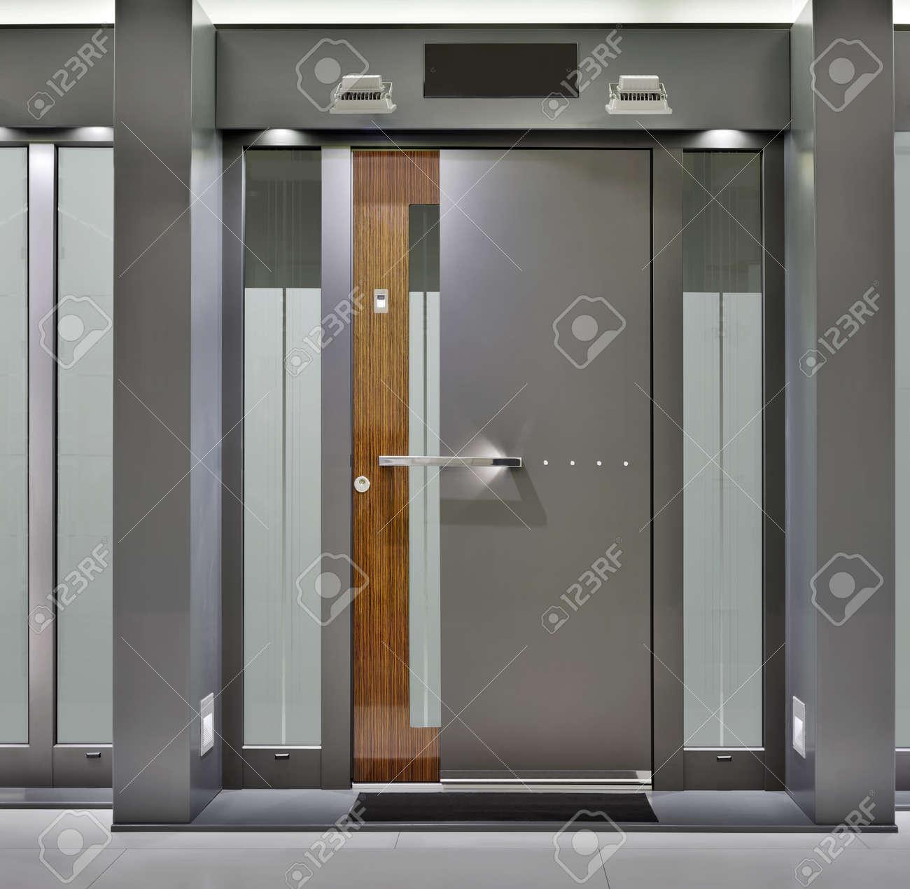 Massive Metallic Fireproof Front Door Standard-Bild - 13564187