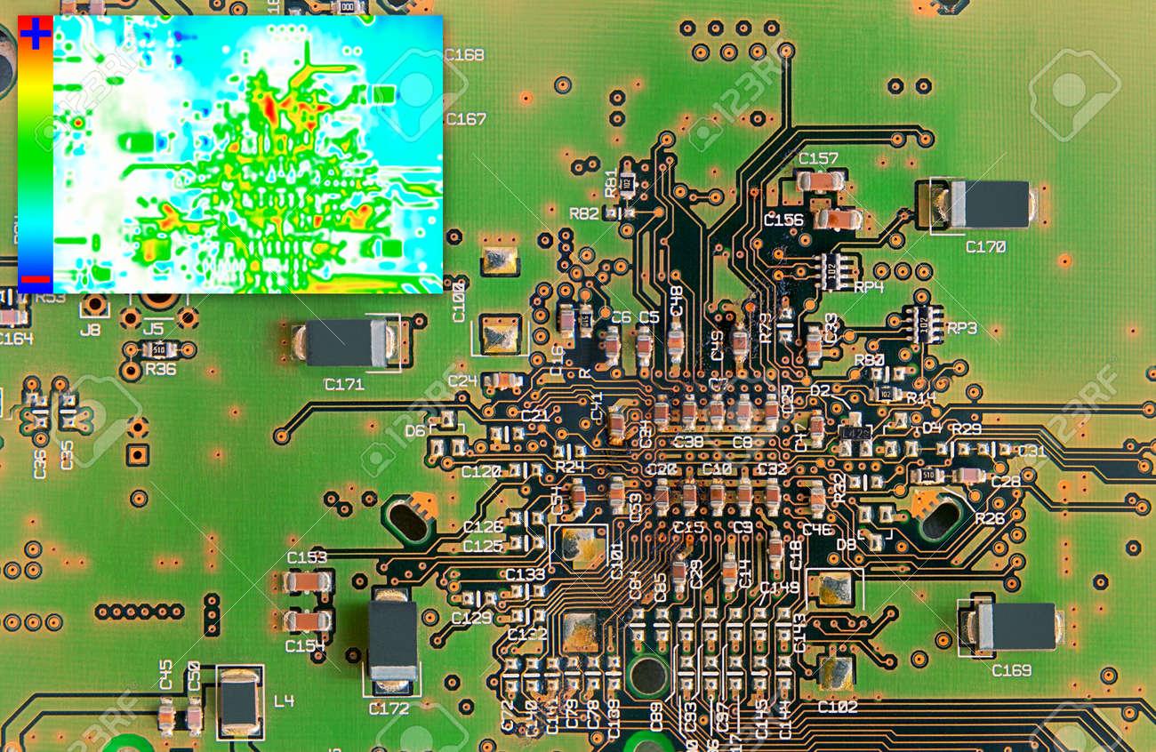 Grüne Elektronik-Platine Mit Wärmebild-Diagramm Zur Fehlererkennung ...